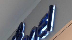 Letreiro de acrílico em caixa alta com iluminação retroiluminada
