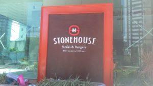 Letreiro em acrílico tipo caixa alta para StoneHouse