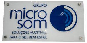 Placa de Acrílico com Letras Sobrepostas e Botões de fixação.