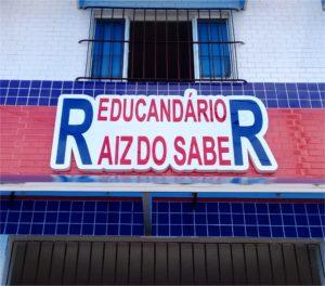 Educandário Raiz do Saber – Placa de Caixa Alta