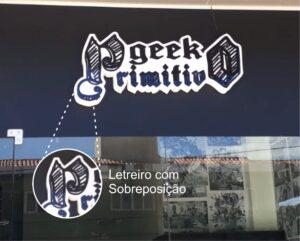 Geek Primitivo – Placa em Acrílico em Caixa Alta com Sobreposição